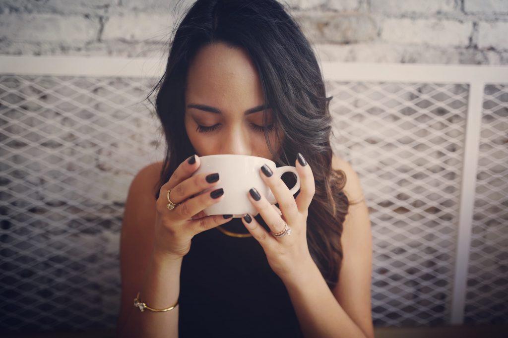 女性喝紅茶